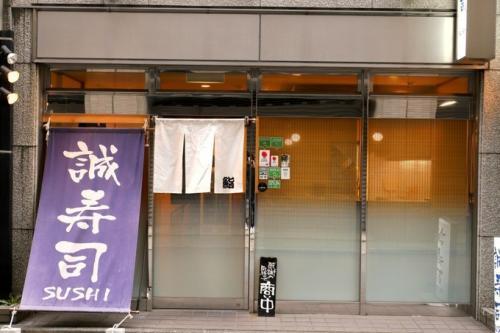 お店は新宿警察の裏にあります。