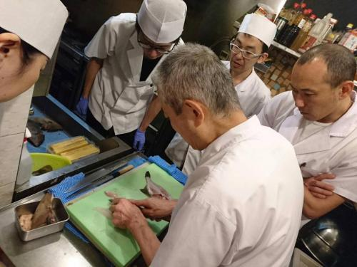 ベテラン寿司職人から技術を学ぶチャンスもあります。