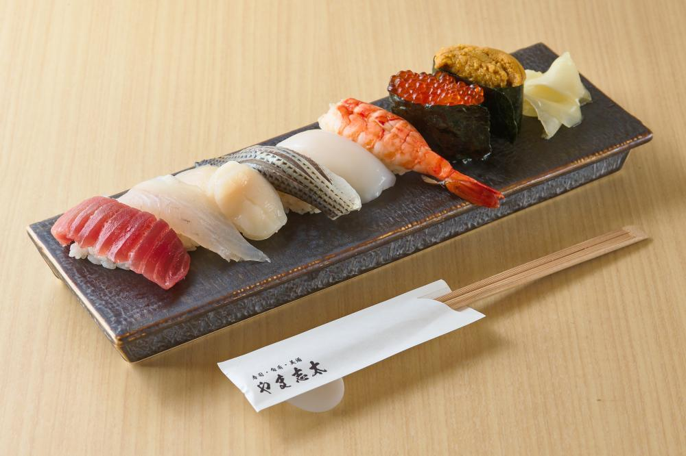 【荻窪】7月7日にオープンした荻窪駅徒歩2分の寿司居酒屋のホールスタッフの求人です