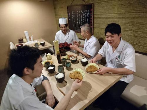 【ホール】寿司屋でカンタンお仕事♪シフト提出はLINEでOK