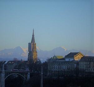 ベルンから南に見えるアルプス。左が難攻の北壁で有名なアイガー山。右がスイス人にもっとも愛されているユングフラウ山。